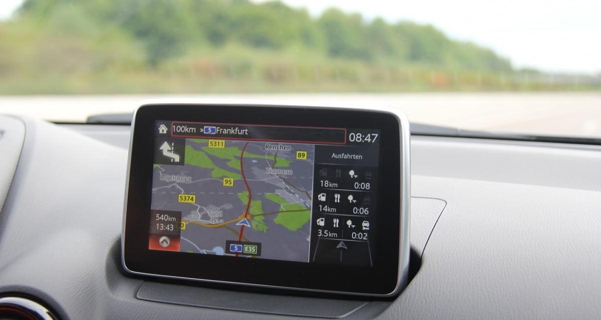 Tecnologia, in arrivo il navigatore con l'assistente vocale in napoletano che ti consiglia di passare col rosso