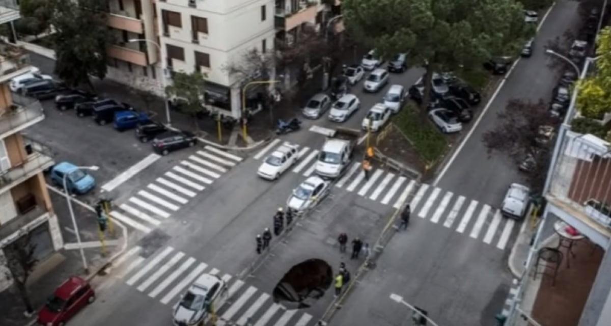 Napoli. Voragine inghiotte auto che stava per investire uomo sulle strisce pedonali