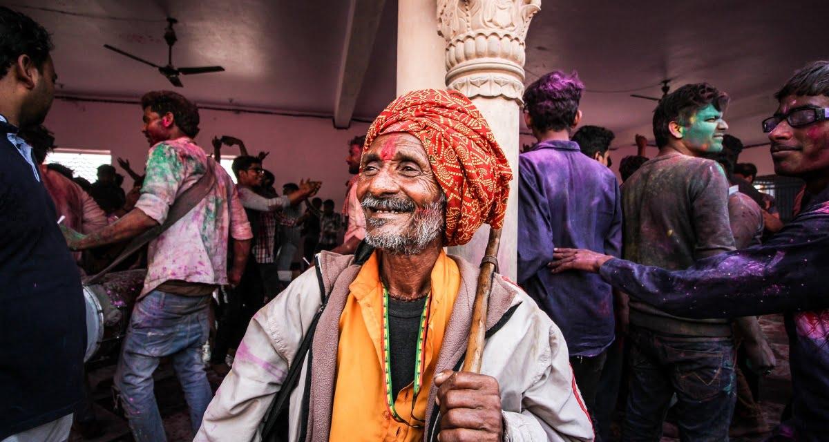 Dramma a Delhi: indiano prende il Covid e muore, si reincarna e lo prende di nuovo