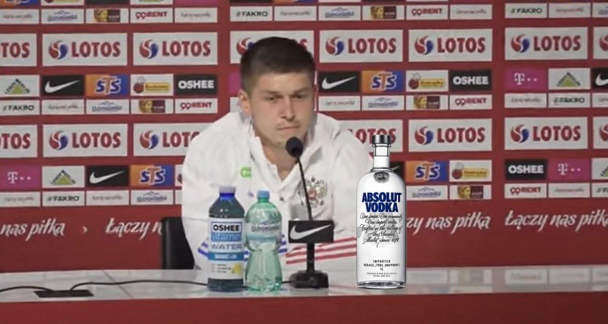 Europei. Giocatore russo in sala stampa allontana bottiglia di Coca Cola e ne prende una di vodka